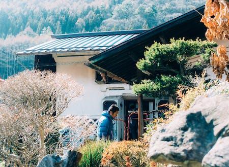 中庭には四重の重厚な扉を有した立派な土蔵と味噌蔵がL字に佇んでいます。中庭から蔵にかけての景色が素晴らしいのです!!