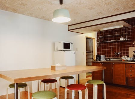 会員の居住空間にある共用のリビングには調理器具が揃っています