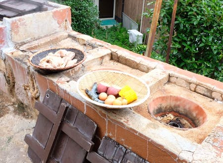 温泉の蒸気で食材を蒸して食べる地獄蒸し