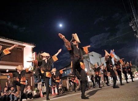 初秋の月影を背に踊り流す