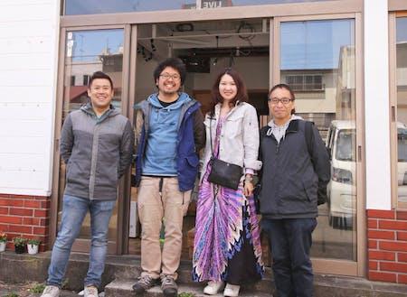 左から二人目が代表の戸井田さん。横の女性は取締役で奥さんの戸井田明日香さんです。一番右は「ナギサウラ」建物オーナーであり、取締役の茶田 勉さん。一番左はこの建物やエリアの方向性を5年以上一緒に考えてくれている、同じく取締役で川崎市武蔵新城でまちづくりに取り組む石井秀和さんです。