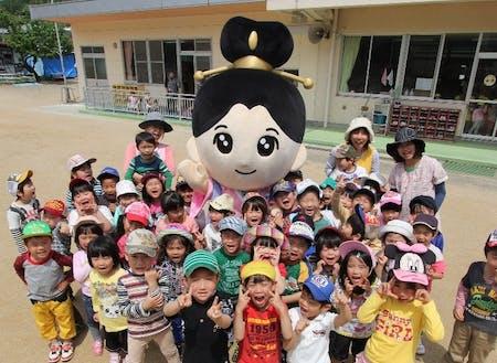 川俣町のゆるキャラと保育園の子供たち