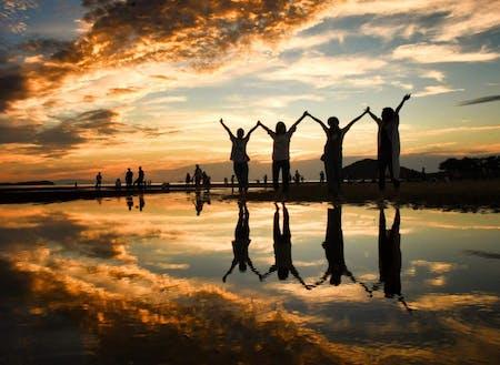 「ウユニ塩湖」のような写真が 撮れると話題の三豊市の父母ヶ浜(ちちぶがはま)
