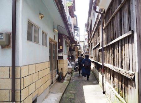 集落内の路地。家が密集していることによる独特の景観が見られます。
