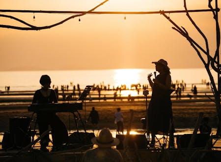 夕日を背景に一日限りの特設ステージが登場