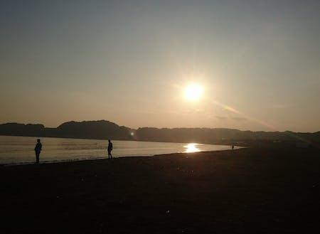 体験住居から30秒、材木座海岸の夕焼け。窓を開ければ波の音が聞こえるビーチライフ、お休みにはこの景色が毎回楽しめます。
