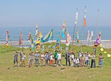 ツアー時の様子 列車へ大漁旗を振り歓迎