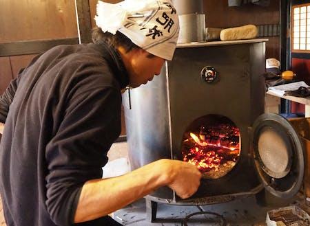 薪ストーブは、寒い冬でも部屋を柔らかく温めてくれます。