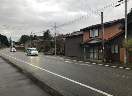 矢田屋の前を通る県道は交通量が多く、旗を出すだけで集客が望める