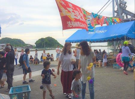 月1の竹野港海町マーケットには子どもも集まる