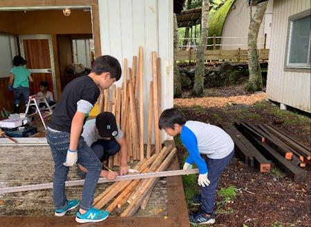 子ども向けの小屋作りキャンプで「生きるちから」を学ぶ