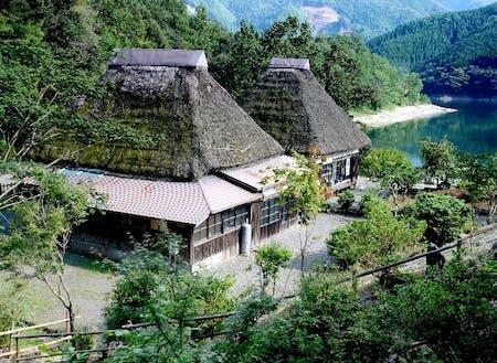 かやぶき屋根が特徴の宿泊施設かるかや