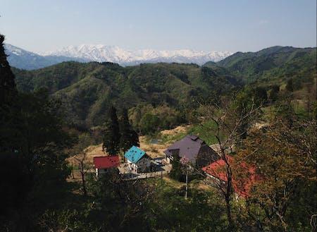 集落と飯豊連峰