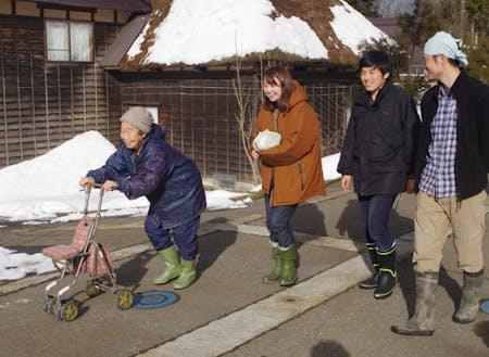 集落のお母さんとおしゃべりしながら一緒に歩く村・留学参加者