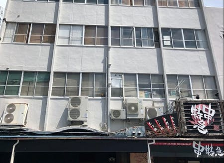 リノベーションしたのは、熱海の中心地「熱海銀座商店街」の突き当たりに面する、築65年の大舘ビルの一室です。