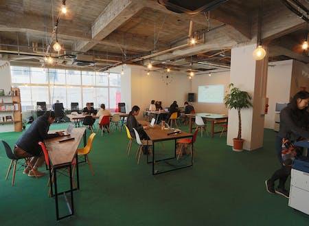 こちらはmachimoriが手がけるコワーキングスペースnaedoco。地域の起業家や曜日限定で市役所職員が仕事場として活用しています。また首都圏からワーケーションや研修として利用する方も。