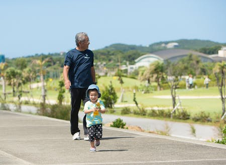 おじいちゃんと海沿いをお散歩!