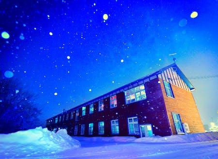冬の栗山町の雨煙別小学校
