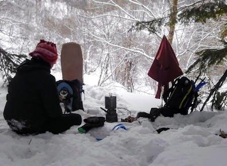 遊び道具やティーセットを持ってプチ登山