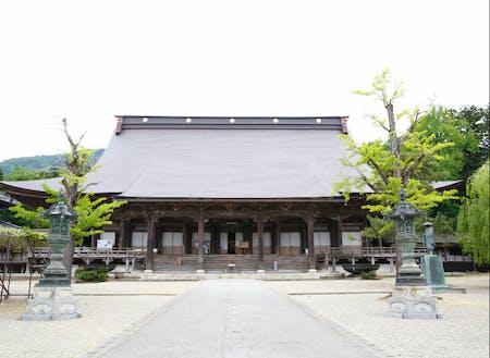 まちのシンボルとなっている井波別院瑞泉寺の前を神輿を担いで通ります