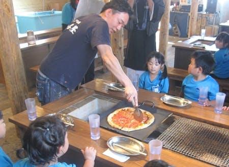 大人気店「かき小屋」隣接のお店では、焼きたてピザも食べれます
