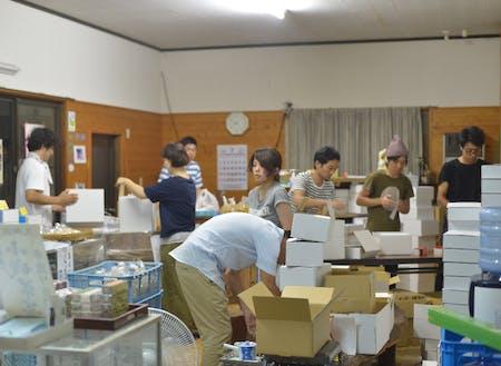 1400件の受注に対応するため、梱包から発送、伝票処理などいろんな方が手伝ってくれた時の大渡商店の店内の様子です。