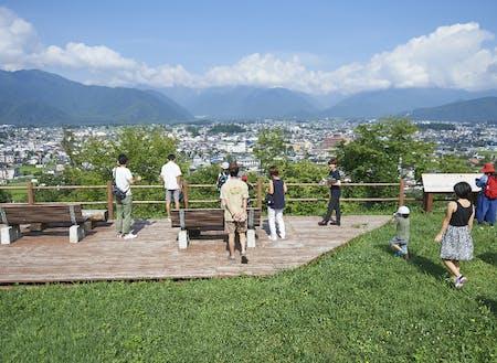 移住ツアーの様子。山岳博物館の前に広がる公園から市街地を俯瞰できます