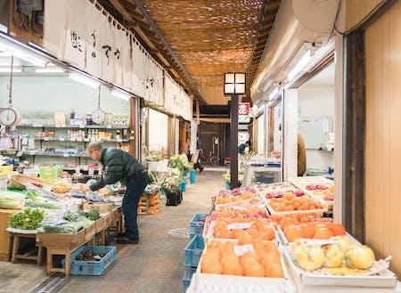 相談窓口は公設市場の中(カフェと市場の撮影:池田 礼)