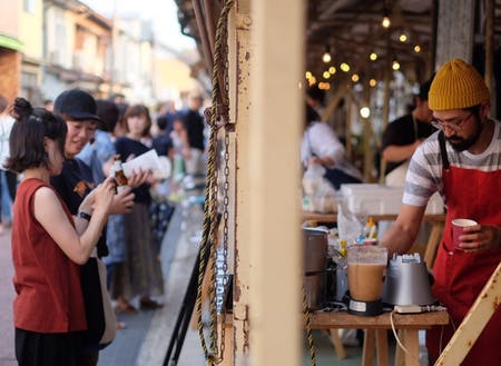 地元の店舗を中心に市場を使ったマーケットなども開催してます