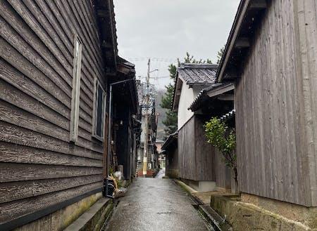 潮風から家を守る「焼き杉板」の町並み