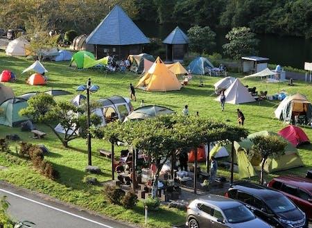 温泉公園(キャンプもできるので夏場は多くの人が訪れます)