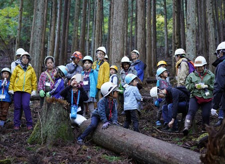 都市部在住の方々を森へ案内するエコツアーの様子