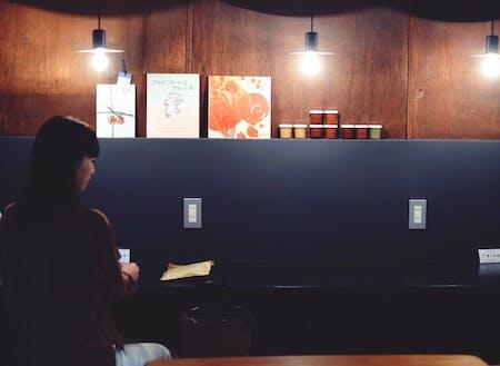 カフェの常連さんから思わぬ良い情報を教えてもらえることも