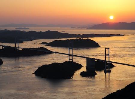 夕日が照らすしまなみ海道