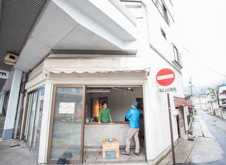 イケメン行政マンが開放している商店街の店舗付住宅。大町市街地は日本海〜松本を繋ぐ街道の宿場町/黒部ダム建設時の景気に湧いた。600mもの商店街には空店舗が目立つ。片っ端から参入できるぞ!!