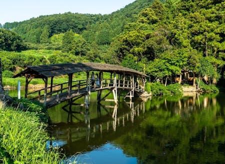 弓削神社の屋根付き橋