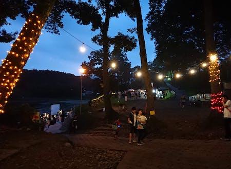 夏の夜、河原で実施したマルシェ&映画