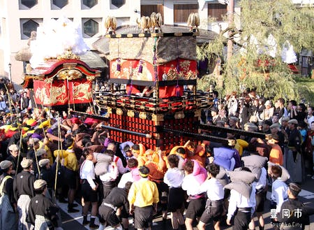 城崎の秋のだんじり祭りは年一番の盛り上がり
