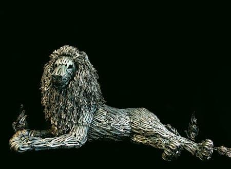 ニッパー型つめ切りの廃材でできたライオン像