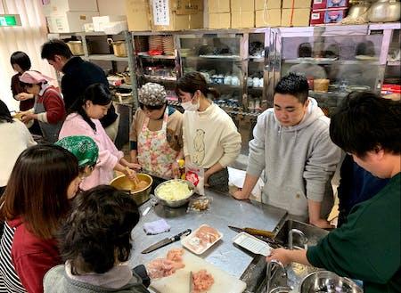 郷土料理の体験会では、地域の方が主導して移住者に伝授していました。