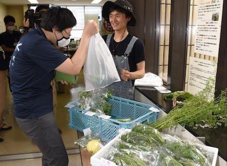 育てた野菜を直接販売して、お客さんとふれあいます。