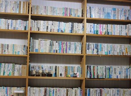 オフィス1階の本棚