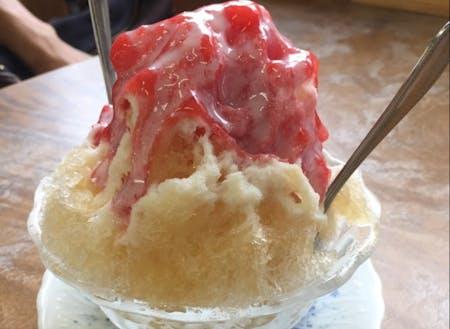 地元特産の「朝取れイチゴ」を使った手作りシロップのかき氷