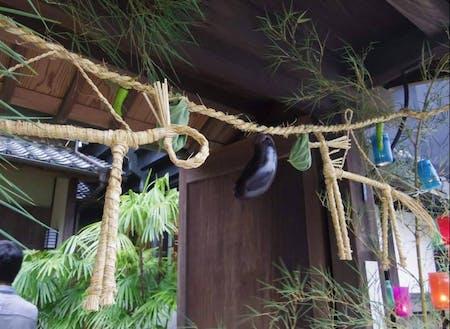 須崎市には古くから、七夕の笹飾りと共に藁で作った馬を飾る風習があります。