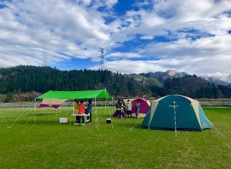 しただ塾、アウトドア実習の様子。学校のグラウンドでテントを張りました。