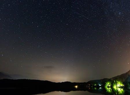星空(写真は青木湖)