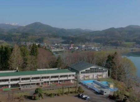花山小学校は、花山湖を臨む高台の上にあります。(栗原市公式YouTubeより)