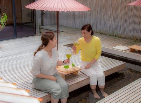 仕事の合間に、熱い足湯と冷たい嬉野茶という贅沢はいかがでしょうか?