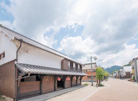 塩田津の「お試し住宅」前からの街並み。町と自然が隣り合わせにあります。
