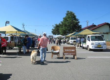 みのわテラス朝市。地元の新鮮な野菜やパン、おやつが買えます。